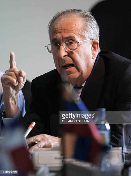 Tomas Lozano vicepresidente del Consejo Directivo del Fondo Indigena Latinoamericano diserta en la VII Asamblea General del Fondo para el Desarrollo...