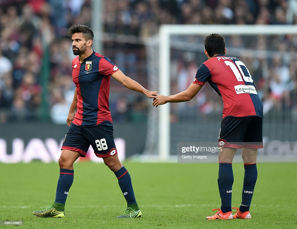 Tomas Rincon player of Genoa injured during the Serie A match between Genoa CFC and SSC Napoli at Stadio Luigi Ferraris on November 1, 2015 in Genoa, Italy. (Photo by Francesco Pecoraro/Getty Images