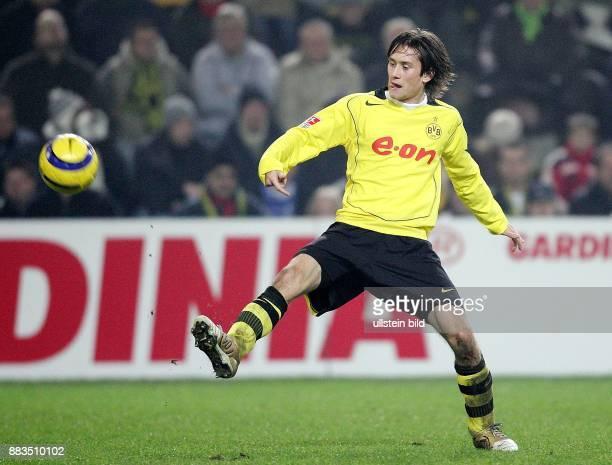 Tomas Rosicky Mittelfeldspieler Borussia Dortmund Tschechien springt zum Ball