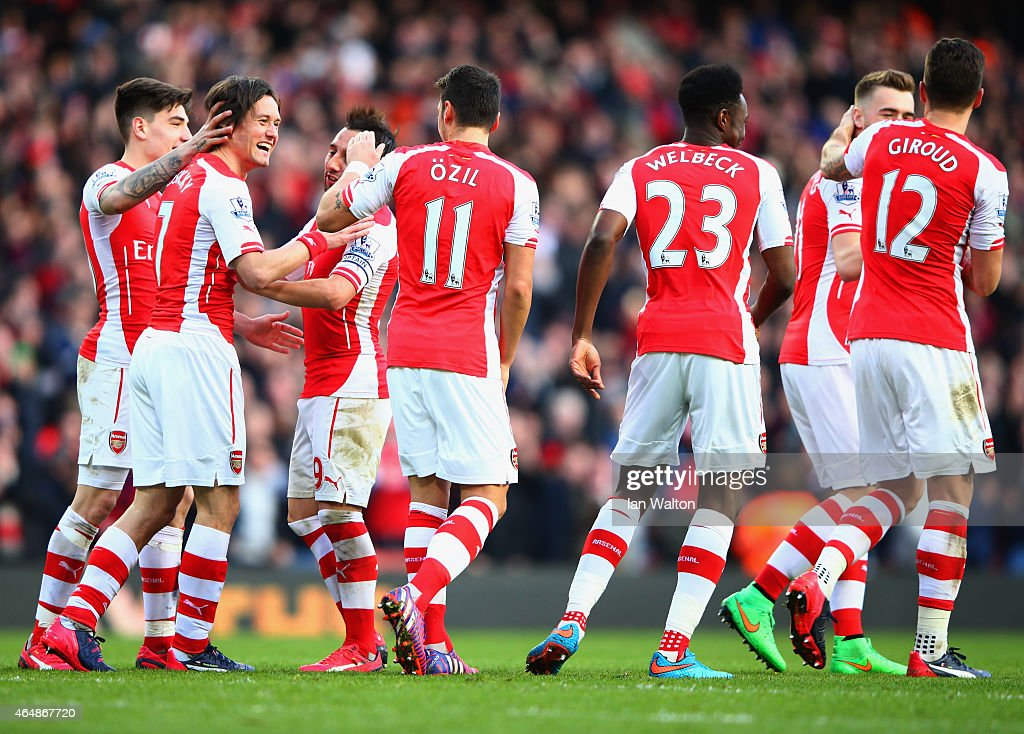 Tomas Rosicky of Arsenal (2L) celebrates with team mates as he scores their second goal during the Barclays Premier League match between Arsenal and Everton at Emirates Stadium on March 1, 2015 in London, England.