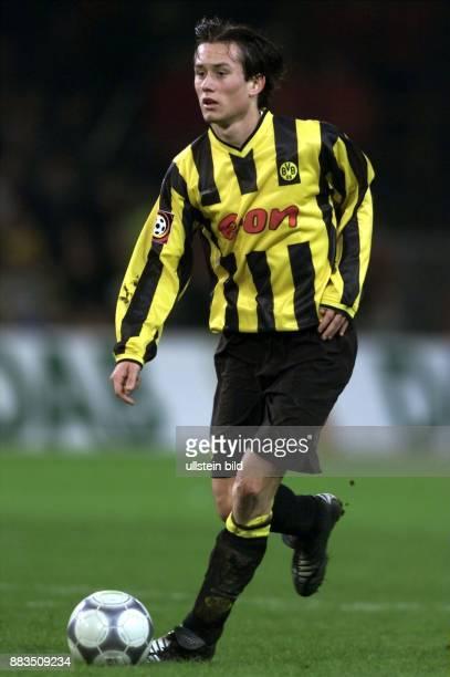 Tomas Rosicky tschechischer Mittelfeldspieler beim FußballBundesligisten Borussia Dortmund führt den Ball