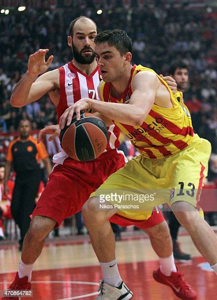 Tomas Satoransky #13 of FC Barcelona competes with Vassilis Spanoulis #7 of Olympiacos Piraeus during the 20142015 Turkish Airlines Euroleague...
