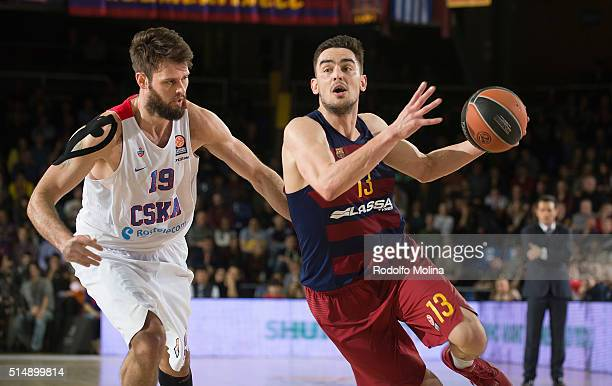 Tomas Satoransky #13 of FC Barcelona Lassa competes with Joel Freeland #19 of CSKA Moscow during the 20152016 Turkish Airlines Euroleague Basketball...