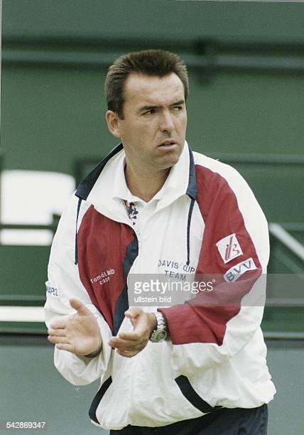 Tomas Smid Teamchef des tschechischen DaviscupTeams klatscht während des Viertelfinales 1993 gegen Deutschland in die Hände Aufgenommen Juli 1993