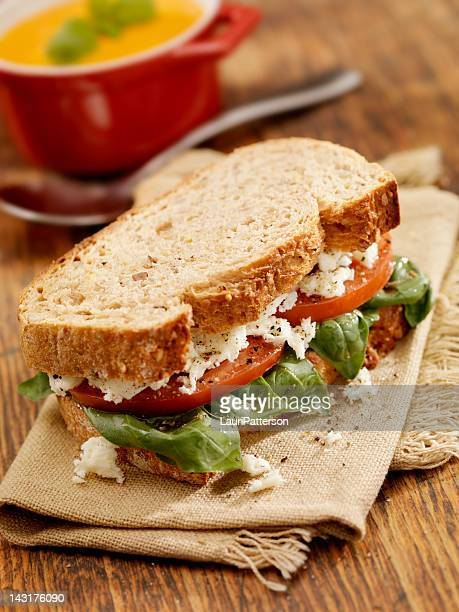 トマトとバジルのサンドイッチ、スープ