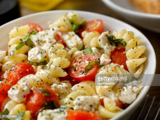 Tomate y queso Feta, ensalada de Pasta con albahaca recién picada