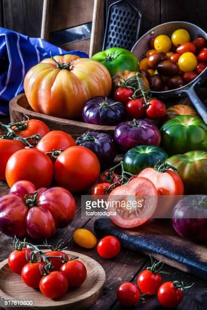 Variedades de tomate de mesa de madera rústica