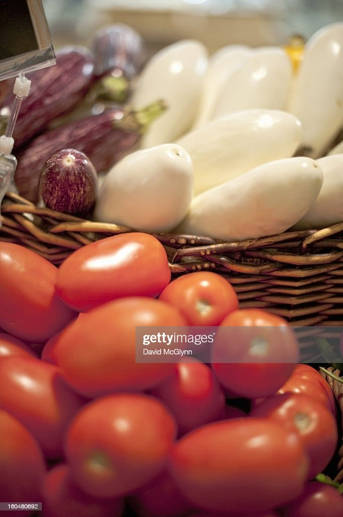Tomatoes and white and purple eggplants : Foto de stock
