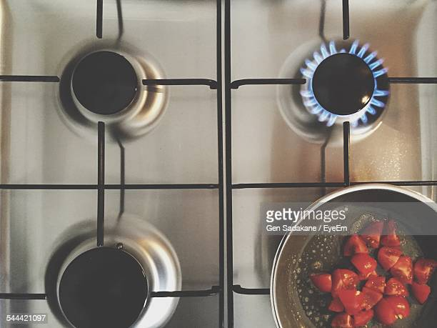 tomatoes in cooking pan on gas stove - boca de fogão a gás - fotografias e filmes do acervo