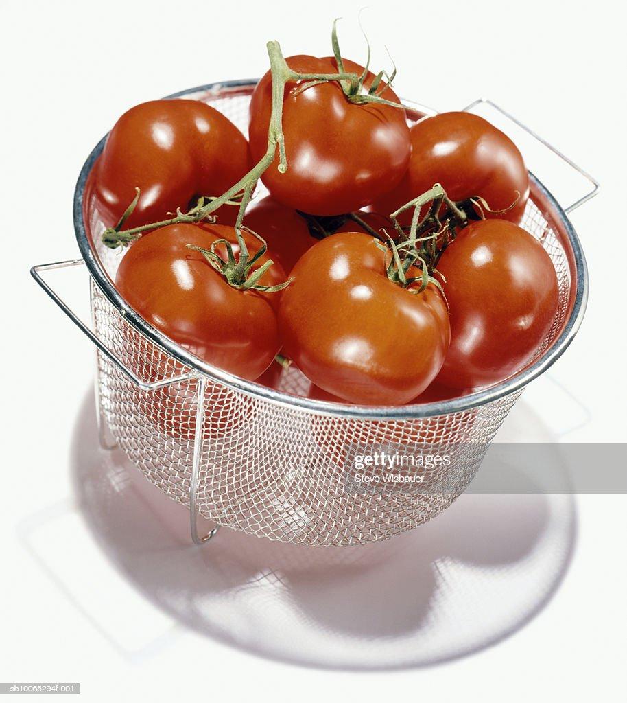 Tomatoes in strainer, studio shot : Foto stock