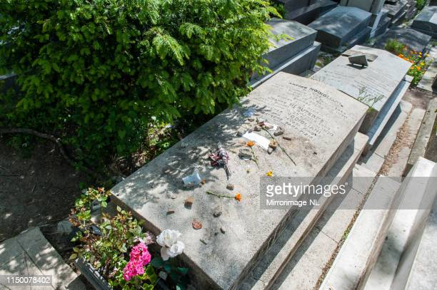tomb of italian painter and sculptor amedeo modigliani in paris - amedeo modigliani foto e immagini stock