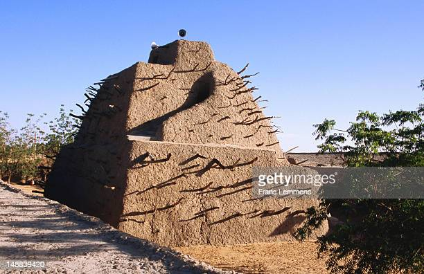 tomb of ruler of askia. - tomb stock pictures, royalty-free photos & images