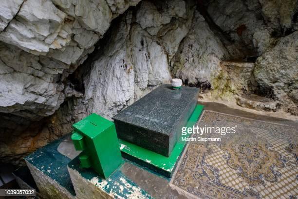 tomb of sari salltik (sari saltuk) in cave in skanderbeg mountains, mali i krujes, kruja, kruje, durres qar, durres, albania - krujë stockfoto's en -beelden