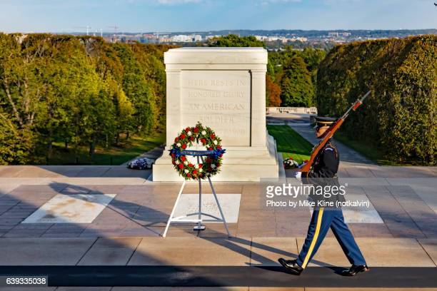 tomb of the unknown - tomb of the unknown soldier arlington - fotografias e filmes do acervo