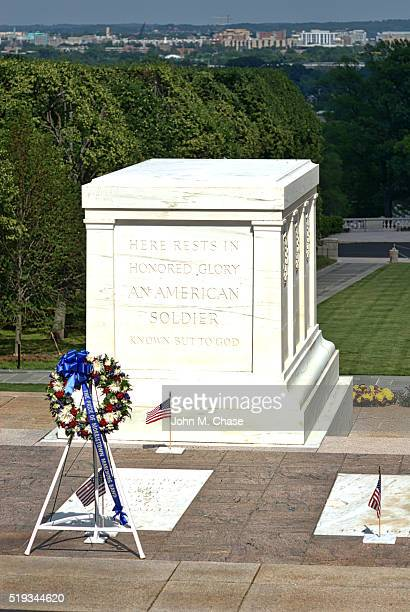tomb of the unknown soldier, arlington national cemetery - tomb of the unknown soldier arlington stock pictures, royalty-free photos & images