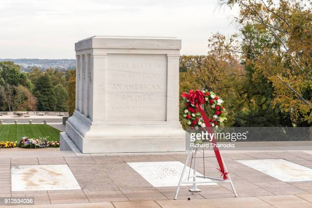 tomb of the unknown soldier, arlington national cemetery, usa - tomb of the unknown soldier arlington stock photos and pictures