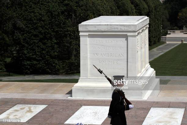tomb of the unknown soldier - arlington - tomb of the unknown soldier arlington stock photos and pictures