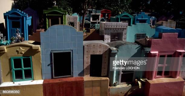 Tombes ressemblant à de petites maisons au cimetière de Capiata en avril 1982 Paraguay