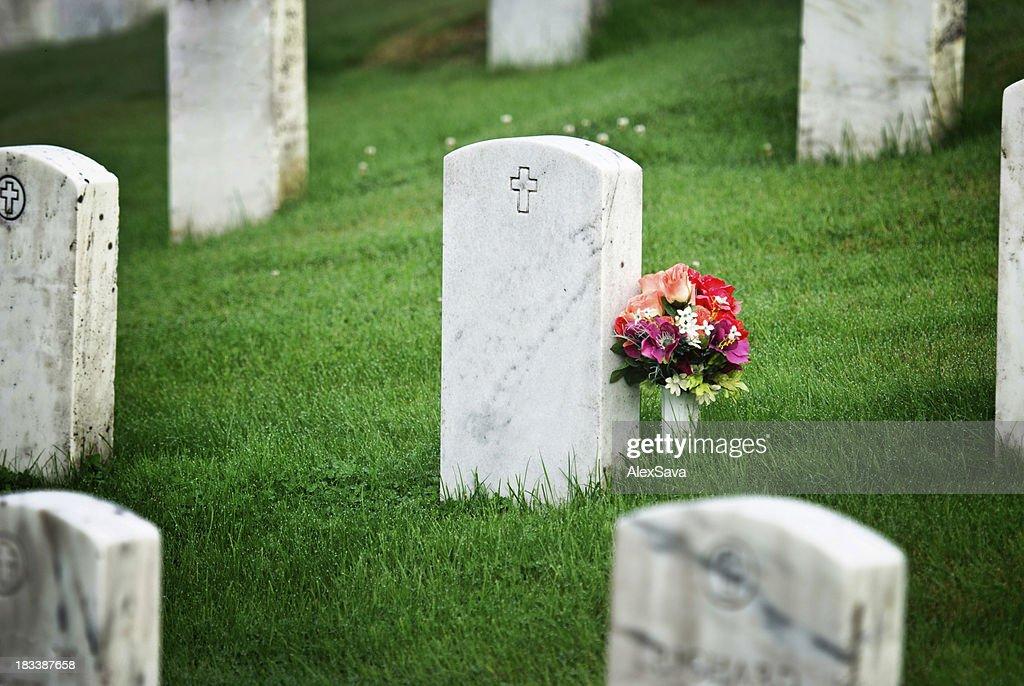 tombstone mit Blumen : Stock-Foto