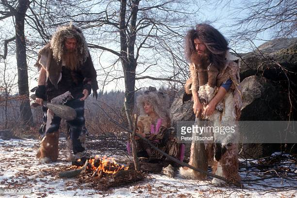 Tommy Deininger Isabel Varell Hans Herbert ARDShow 'Frankobella' Sketch 'Neandertal' am am Hünengrab bei Travemünde Deutschland