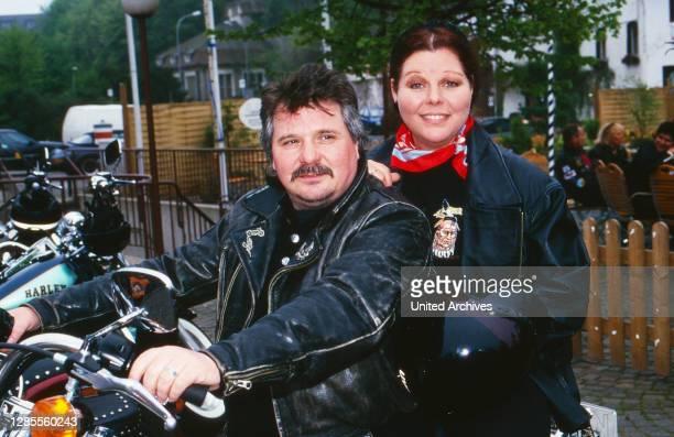 """Tommy Engel und Samy Orfgen bei einem Motorradausflug mit der Crew der Fernsehserie """"Die Anrheiner"""", Deutschland 1998."""