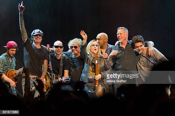 Tommy Lee Joe Satriani Sammy Hagar Melissa Etheridge Vic Johnson James Hetfield and John Mayer thank the audience at 3rd annual Acoustic4aCure...