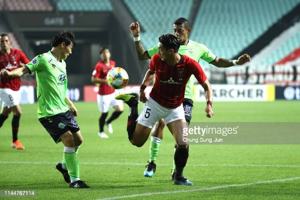 Tomoaki Makino of Urawa Red Diamonds competes for the ball with Ricardo Lopes of Jeonbuk Hyundai Motors during the AFC Champions League Group G match...