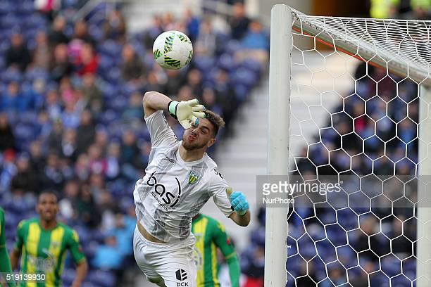 CD Tondela's Portuguese goalkeeper Cláudio Ramos during the Premier League 2015/16 match between FC Porto and CD Tondela at Dragão Stadium in Porto...
