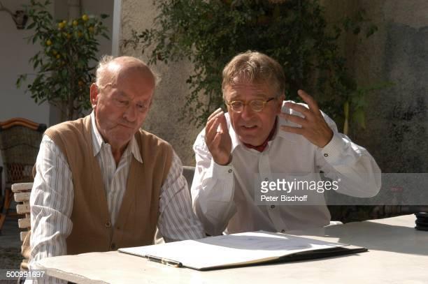 Toni Berger Gerd Anthoff ARDFilm Zwei am großen See Chiemsee Terrasse Tisch Sitzen Gespräch Schauspieler Promi Promis Prominente PNr 1098/2003 STB...