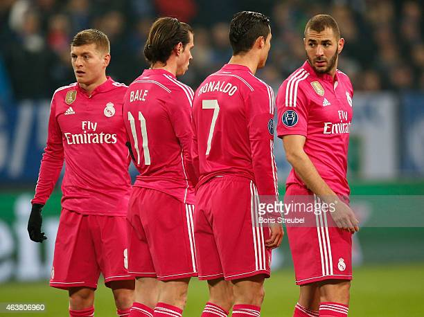 Toni Kroos Gareth Bale Cristiano Ronaldo and Karim Benzema of Real Madrid set up a wall during the UEFA Champions League Round of 16 match between FC...