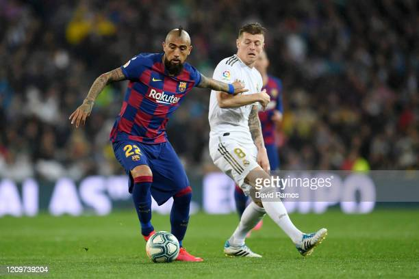 Toni Kroos of Real Madrid battles for possession with Arturo Vidal of FC Barcelona during the Liga match between Real Madrid CF and FC Barcelona at...