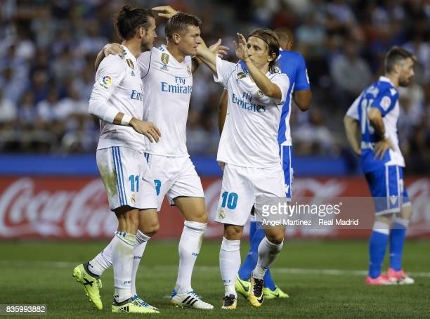 Toni Kroos of Real Madrid celebrates with Gareth Bale and Luka Modric after scoring their team's third goal during the La Liga match between...