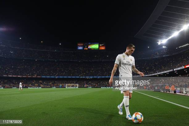 Toni Kroos of Real Madrid CF looks on during the Copa del Semi Final first leg match between Barcelona and Real Madrid at Nou Camp on February 06...