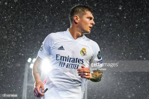 Toni Kroos of Real Madrid CF looks on during the UEFA Champions League Semi Final First Leg match between Real Madrid and Chelsea FC at Estadio...