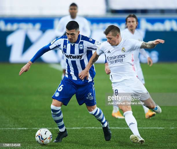 Toni Kroos of Real Madrid duels for the ball with Rodrigo Battaglia of Deportivo Alaves during the La Liga Santander match between Deportivo Alavés...