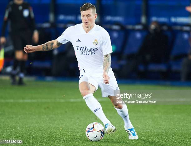 Toni Kroos of Real Madrid in action during the La Liga Santander match between Deportivo Alavés and Real Madrid at Estadio de Mendizorroza on January...