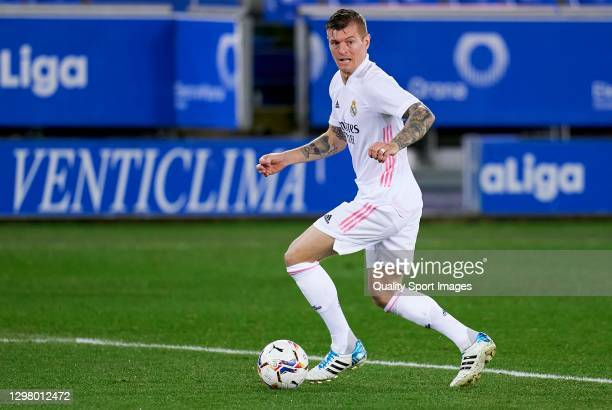 Toni Kroos of Real Madrid runs with the ball during the La Liga Santander match between Deportivo Alavés and Real Madrid at Estadio de Mendizorroza...