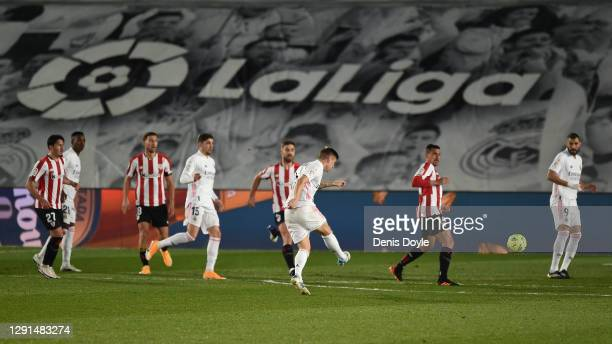 Toni Kroos of Real Madrid scores their sides first goal during the La Liga Santander match between Real Madrid and Athletic Club at Estadio Alfredo...