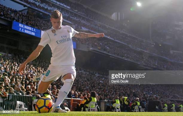 Toni Kroos of Real Madrid takes a corner kick during the La Liga match between Real Madrid and Barcelona at Estadio Santiago Bernabeu on December 23...