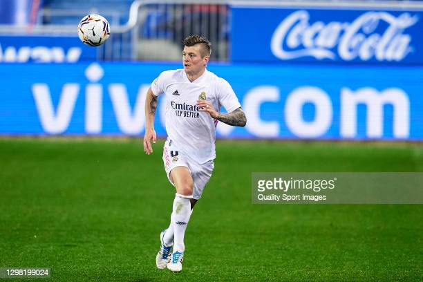 Toni Kroos of Real Madrid with the ball during the La Liga Santander match between Deportivo Alavés and Real Madrid at Estadio de Mendizorroza on...