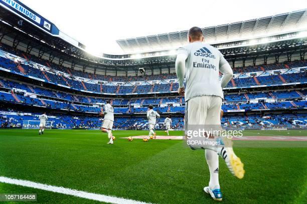 Toni Kroos seen warming up before the La Liga match between Real Madrid and Real Valladolid at the Estadio Santiago Bernabéu Final score Real Madrid...
