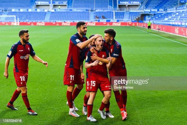 Toni Lato of CA Osasuna celebrates with his team mates after scoring his team's first goal during the Liga match between Deportivo Alaves and CA...