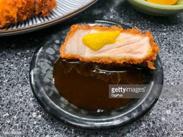 tonkatsu, dipping sauce - yōshoku photos et images de collection