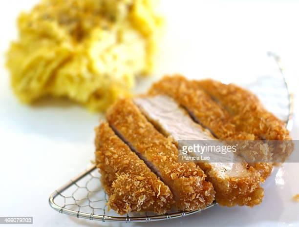 tonkatsu with garlic mashed potato - tonkatsu imagens e fotografias de stock