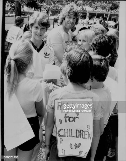 Tony amp Diane signs autograph for the Balmain children200 children from Balmain Primary school ran through the city with Marathon Runner Tony...