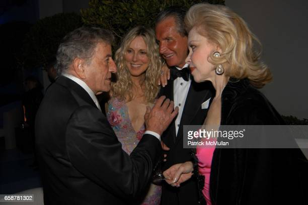 Tony Bennett ALana Stewart George Hamilton and Lynn Wyatt attend the 2004 Vanity Fair Oscar Party at Mortons on February 29 2004 in Beverly Hills...