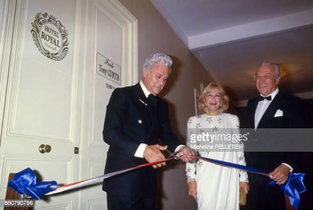 Tony Curtis inaugure une suite à son nom à l'Hotel Royal lors du Festival de Deauville en septembre 1986 France