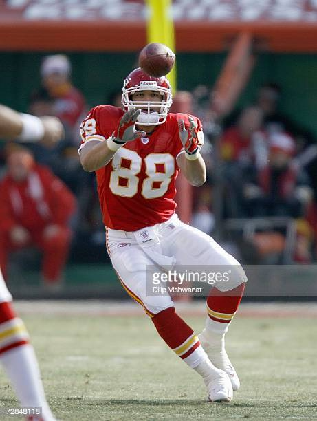 Tony Gonzalez of the Kansas City Chiefs moves to make the catch during the game against the Baltimore Ravens at Arrowhead Stadium December 10 2006 in...