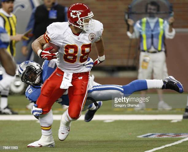 Tony Gonzalez of the Kansas City Chiefs tries to break a tackle by Ernie Sims of the Detroit Lions on December 23, 2007 at Ford Field in Detroit,...