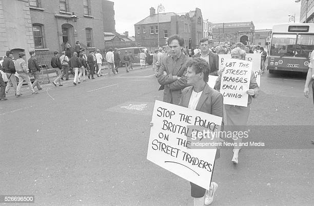 Tony Gregory TD with street traders protesting outside Store St Garda Station Dublin Photographer Martin Nolan 18/7/1986